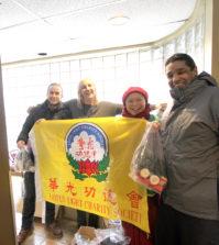 華光義工派送禮物袋後與Crosswalk遊民庇護所代表合影p1147-a1-06B