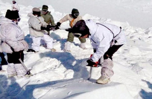 搜救人員在村莊尋找生還者p1147-a1-08