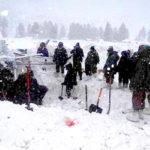 搜救人員在村莊尋找生還者p1147-a1-09