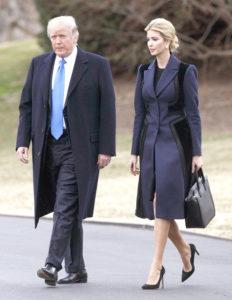 川普(左)日前在白宮準備搭直升機前往德拉瓦州悼念一名陣亡美軍,陪同他前往的是第一千金伊凡卡(右)。p1147-a4-02B