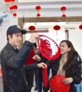 王力宏與老婆李靚蕾孤兒院貼春聯p1147-a8-15