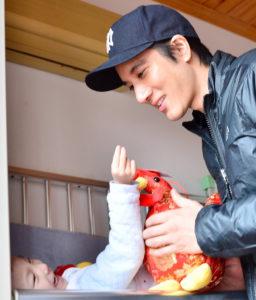 王力宏拿著玩具看望孤兒p1147-a8-18