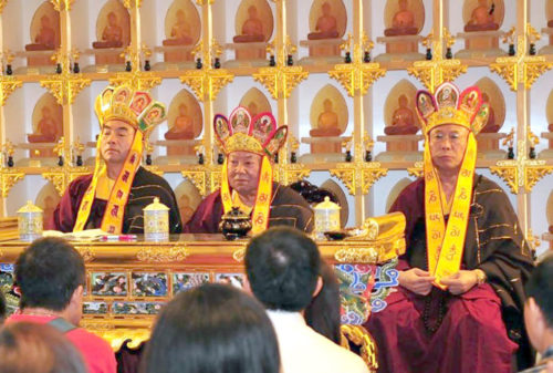 圖左起蓮主上師、蓮火上師與蓮世上師主持獅城雷藏寺法會p1148-14-05