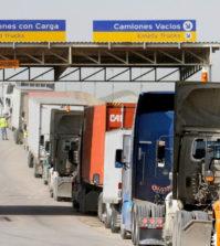 圖為本月3日在墨西哥邊界提華納市,許多卡車排隊等候進入美國。p1148-a4-04Web only