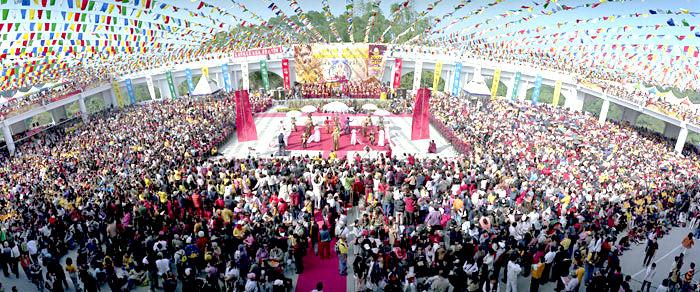 圖為師尊主壇的法會,台灣雷藏寺總是人山人海p1151-12-02