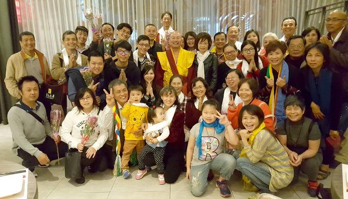 圖為師尊、師母與廣覺堂善信同門餐後留影p1151-14-03