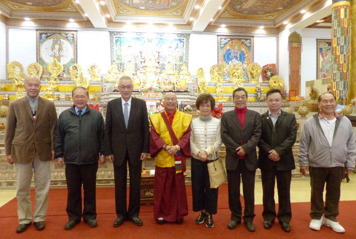 圖為蓮生法王(左4)、蓮香師母(左5)與貴賓前副總統吳敦義(左3)等合影p1152-01-01