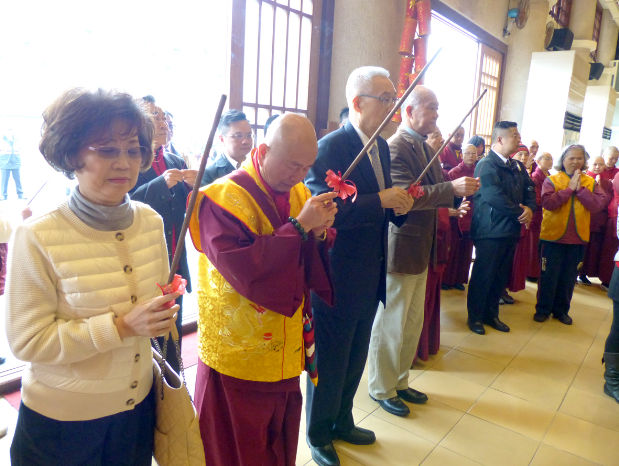 圖為師尊、師母與吳前副總統上香禮佛p1152-01-02