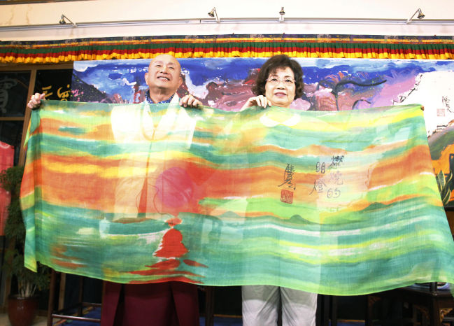 圖為大燈文化敬獻蓮生法王畫作絲巾p1152-02-04