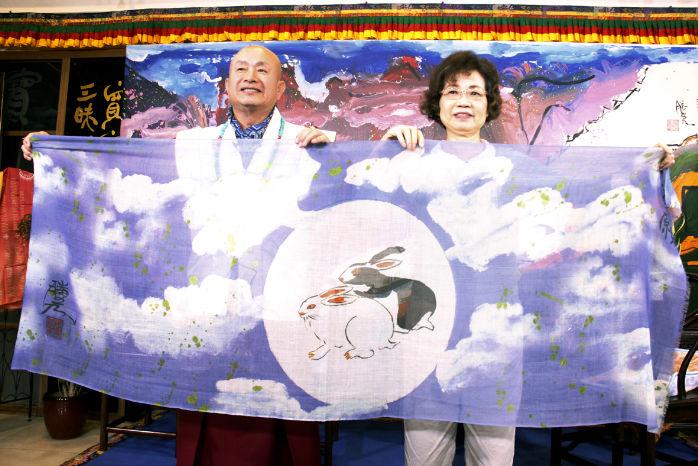 圖為大燈文化敬獻蓮生法王畫作絲巾p1152-02-05