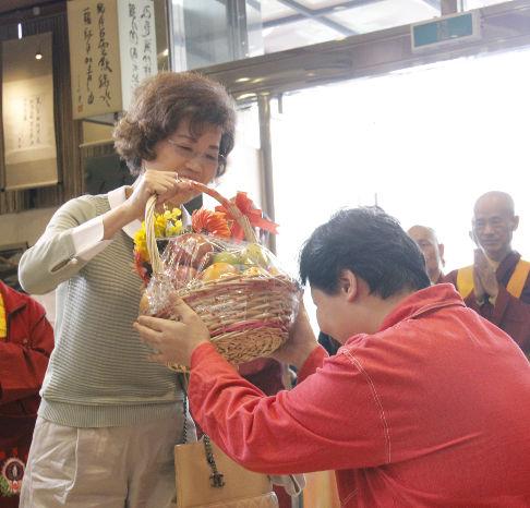 圖為善信跟師母賀壽p1152-02-16