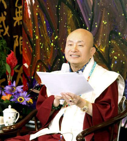 圖為師尊手拿將出版的佛學漫畫手稿p1152-02-23