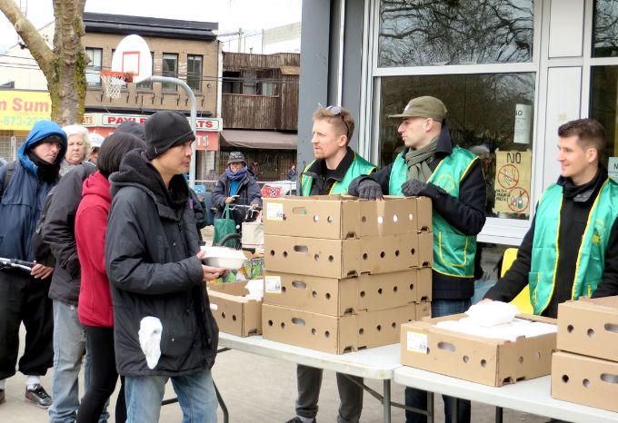 圖為溫哥華華光功德會義工派發熱食給遊民p1152-14-04
