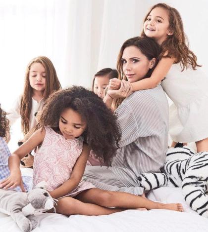 貝嫂維多利亞貝克漢的自創品牌 Victoria Beckham,隨性摩登的設計風格深受許多時尚迷歡迎,最近她和美國目標百貨(Target)合作推出女裝與童裝系列,並和一群小女孩拍攝了多張雜誌攝影,畫面瀰漫著溫馨可愛的氣氛。p1152-a5-02