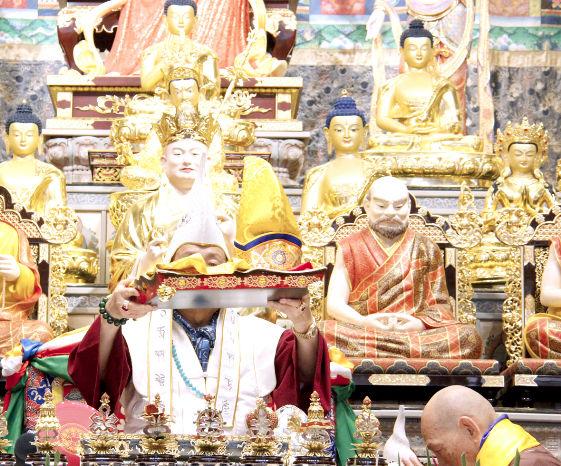 圖為師尊高舉弟子敬獻的法王冠及法王袍p1153-04-03