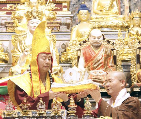 圖為蓮真上師敬獻法王冠及法王袍p1154-07-03A
