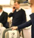美國擬嚴查身分,要求入境的外國人交出手機。圖為幾名旅客在機上使用手機。p1155-a1-05