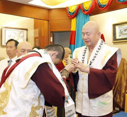 圖為師尊加持主祈人吐登悉地仁波切的地藏菩薩金身p1156-06-04