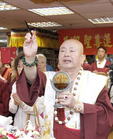 圖為蓮生法王為壇城開光p1156-12-04