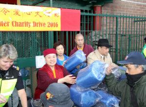 圖為溫哥華華光功德會總裁蓮慈上師派送睡袋給遊民p1156-a3-01