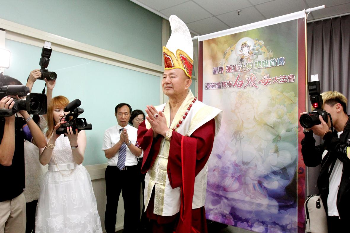 圖為弟子恭迎蓮生活佛盧勝彥。 p1157-03-08