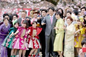賞櫻大會 日本首相安倍晉三日前在東京新宿御苑大型賞櫻會致詞時,以櫻花耐風雪自喻執政5年來的心境。有一陣子未露臉的安倍夫人現身,備受注目。