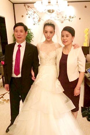 方媛身穿白紗與父母合照 p1157-a8-03