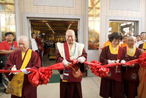 圖為師尊、師母與蓮噶法師一起為廣喜雷藏寺剪綵。 p1158-08-02