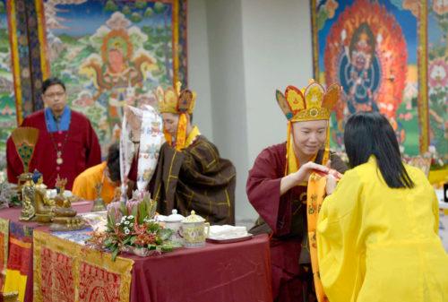 圖為雷藏寺代表向蓮鳴上師、蓮熅上師敬獻哈達 p1158-13-02