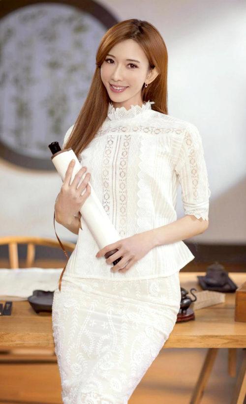 浪漫純淨的白色刺繡裙裝,向來是女星詮釋空靈少女的穿搭好夥伴,林志玲日前以Vanessabruno法式刺繡套裝登場,展現嬌俏天真的少女氣息。 p1158-a5-05Web only