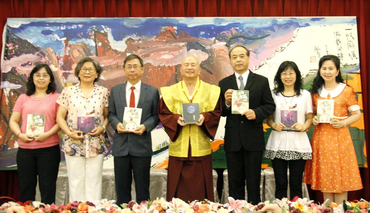 圖為蓮生法王贈書5千本給各個學校由博士教授團代表接受並合影。 p1159-03-10