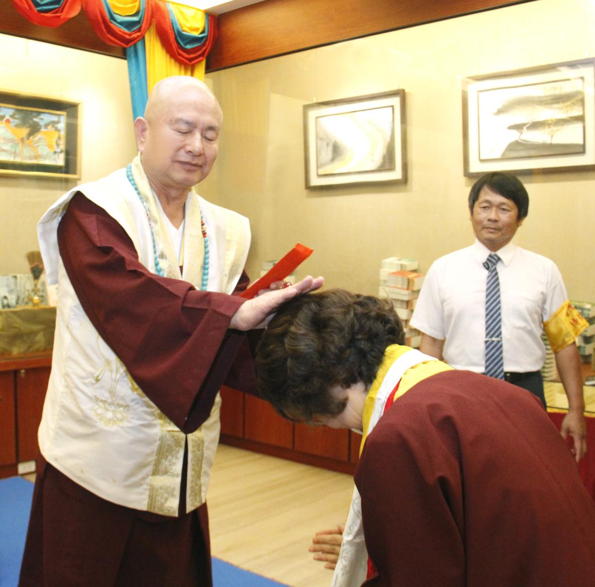 圖為師尊加持主祈人蓮香師母。 p1159-04-05
