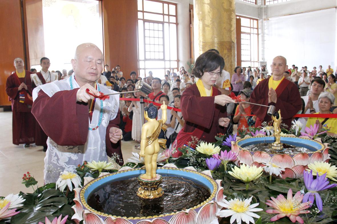 圖為蓮生法王與蓮香師母浴佛。 p1159-08-03A