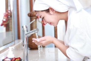 很多女性希望徹底清潔粉刺,聽信傳言先用溫熱水沖臉,放大毛孔後再用洗面乳,之後再用冷水收縮,有如三溫暖冷熱交替。醫師黃毓惠說,「這絕對是錯誤的方式」,連她都犯過這樣的錯誤,反而會傷害的皮脂膜。正確洗臉方式,建議「潔肌5力」法,選有標、微涼水、輕柔慢、快快洗、適次數。黃毓惠也建議,每天洗臉兩次,直接用水龍頭流出的冷水洗臉,早晚各一次;若是中午油光滿面,可以使用吸油面紙,除非真的油到受不了,一天洗臉不要洗超過三次,並調整生活作息,可減少長痘痘。 p1159-a5-06Web only