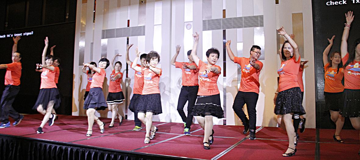 圖為師母帶領陽光舞供團做精彩表演 p1160-01-08