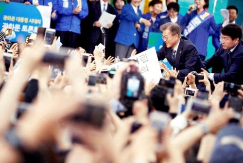 文在寅與支持者握手 p1160-a1-10