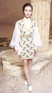劉詩詩 香奈兒日前在巴黎發表2017/18 Cruise度假系列,吸引眾多名人超模到場看秀,包括香奈兒大陸品牌大使劉詩詩、超模劉雯等,盛裝現身。劉詩詩選穿烏干紗透視蓬袖襯衫搭配喀什米爾針織洋裝,夢幻質感很襯她的清新氣質。 p1160-a5-03