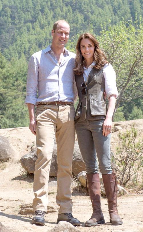 凱特王妃太節儉 一雙鞋穿了12年! 凱特王妃日前參訪英國鄉村的農場,一身輕裝上陣,以卡其灰夾克、深灰螺紋緊身褲搭配棕色長靴。眼尖的外媒發現,這雙靴子亮相已經有12年的歷史!圖為凱特王妃與威廉王子。 p1160-a6-03