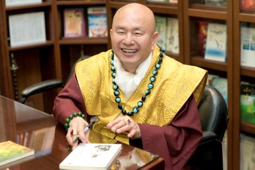 圖為蓮生法王簽書賜福 p1161-01-04