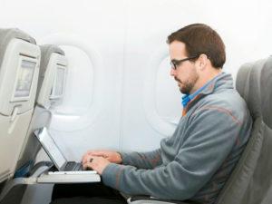 圖為男子在飛機上試用高速網路 p1161-a4-06