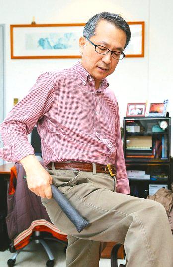 北醫教授韓柏檉說,黃豆棒軟硬適中,敲打的力道剛剛好。韓教授示範以黃豆棒敲打身體各部位。  p1161-a6-03