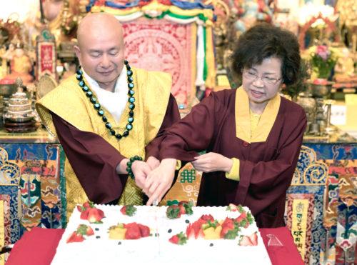 圖為師尊、師母共切慶賀蛋糕 p1162-04-02B
