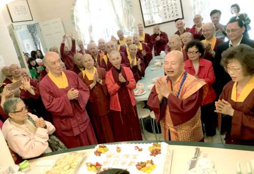 圖為弟子等在彩虹雷藏寺午餐後,為師尊暖壽,同唱生日快樂歌。 p1165-08-02A