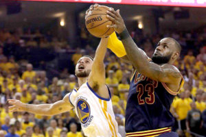 柯瑞(左)跟詹姆斯(右)搶籃板的畫面在總冠軍賽出現不少 p1165-a4-02b
