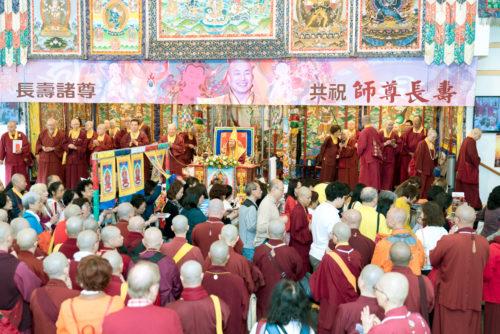 圖為四眾佛子排隊接受灌頂。