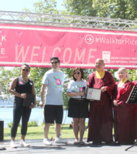 2017年6月24日星期六上午,在美國西雅圖Seward Park舉行「為米而走」活動。是日由西雅圖雷藏寺住持釋蓮花德輝金剛上師,帶領上師、法師、講師、助教、義工同門等代表出席。西雅圖雷藏寺參加「為米而走」慈善募款活動獲得總冠軍。圖(左4)為住持德輝上師代表領獎。