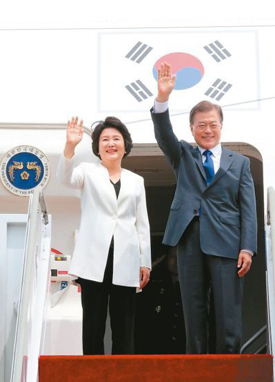南韓總統文在寅和妻子金正 p1167-a4-03