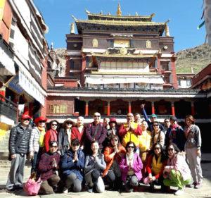 朝聖領受薰香的雪域天堂──西藏。圖為作者俠女與善信同遊西藏留影。p1168-14-01
