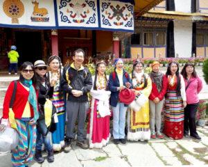 朝聖領受薰香的雪域天堂──西藏。圖為作者俠女與善信同遊西藏留影。p1168-14-02