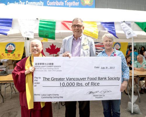 溫哥華華光功德會捐贈萬磅白米給溫哥華食物銀行。左起功德會總裁蓮慈上師、貴賓溫哥華副市長Mr. Tim Stevenson、食物銀行代表 p1169-a1-02